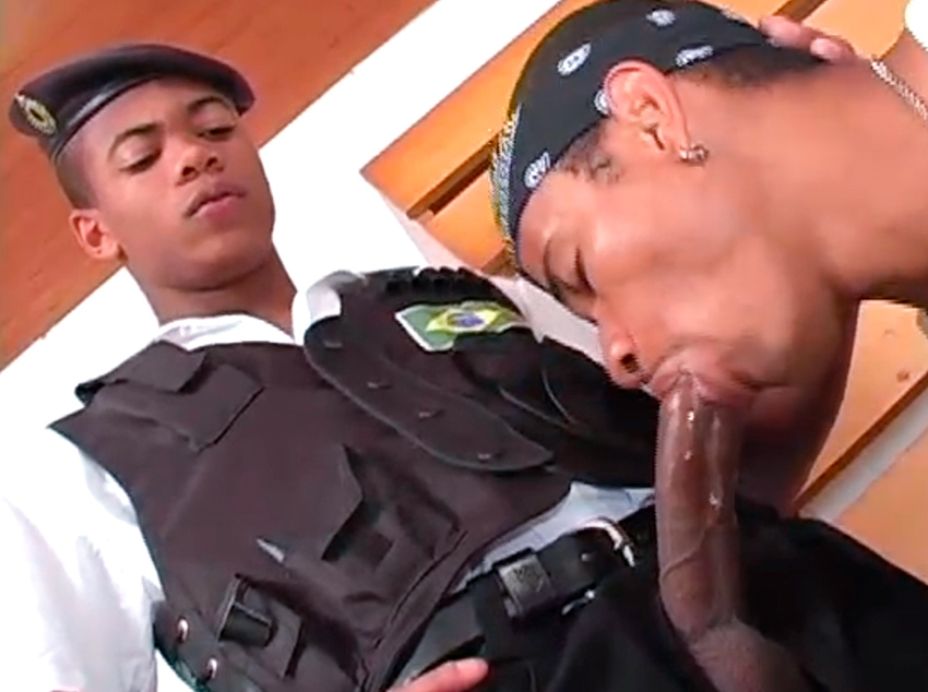 Policial socando a vara no vagabundo