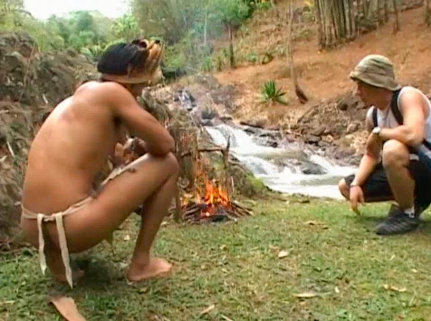 Trepada na aldeia com índio guloso