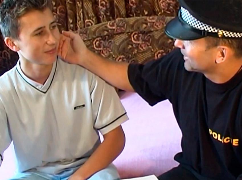 Policial tarado por novinhos